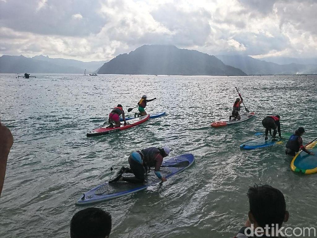 Keseruan Parade Stand Up Paddle Jelajah Teluk Prigi
