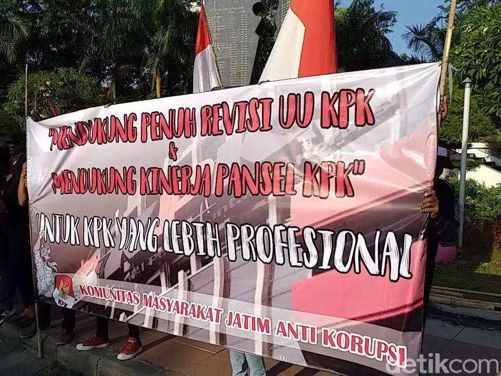 Anggap Bukan Malaikat, Massa di Surabaya Gelar Aksi Dukung Revisi UU KPK