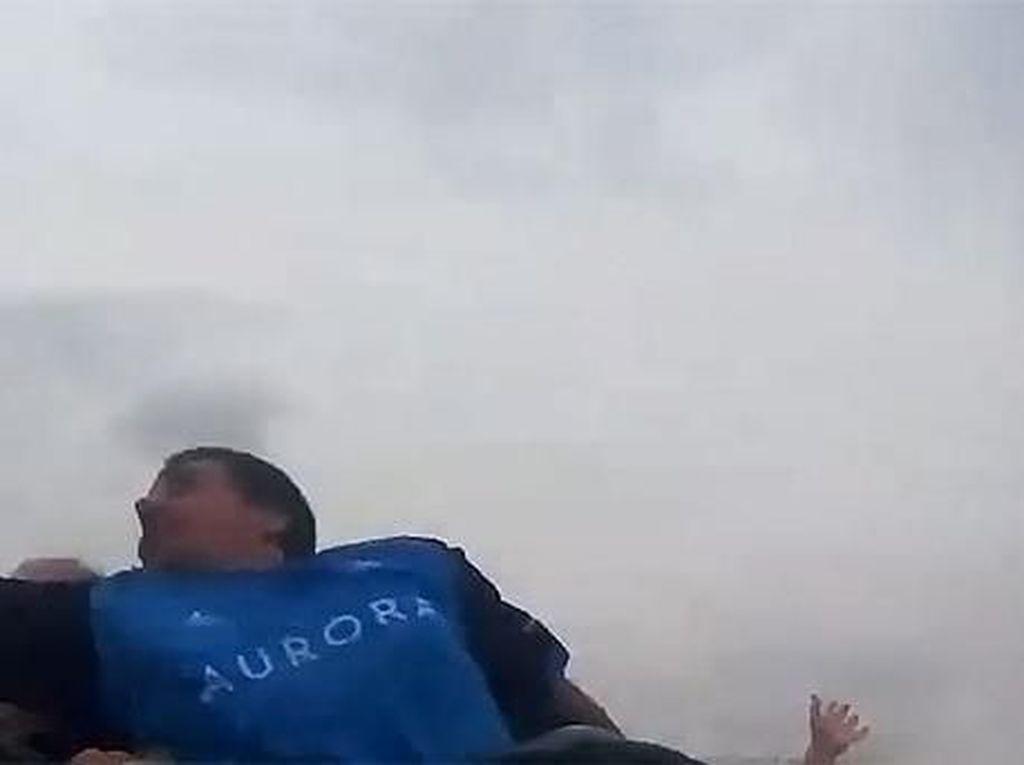 Detik-detik Pria Tangkap iPhone Terbang di Roller Coaster