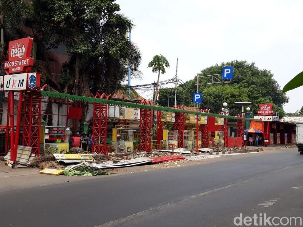 Potret Pembongkaran Loksem Nasi Kapau di Kramat untuk Pelebaran Trotoar