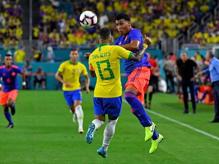 Aksi Dani Alves saat Brasil bermain 2-2 dengan Kolombia di laga persahabatan. (Foto: Steve Mitchell-USA TODAY Sports/Reuters)
