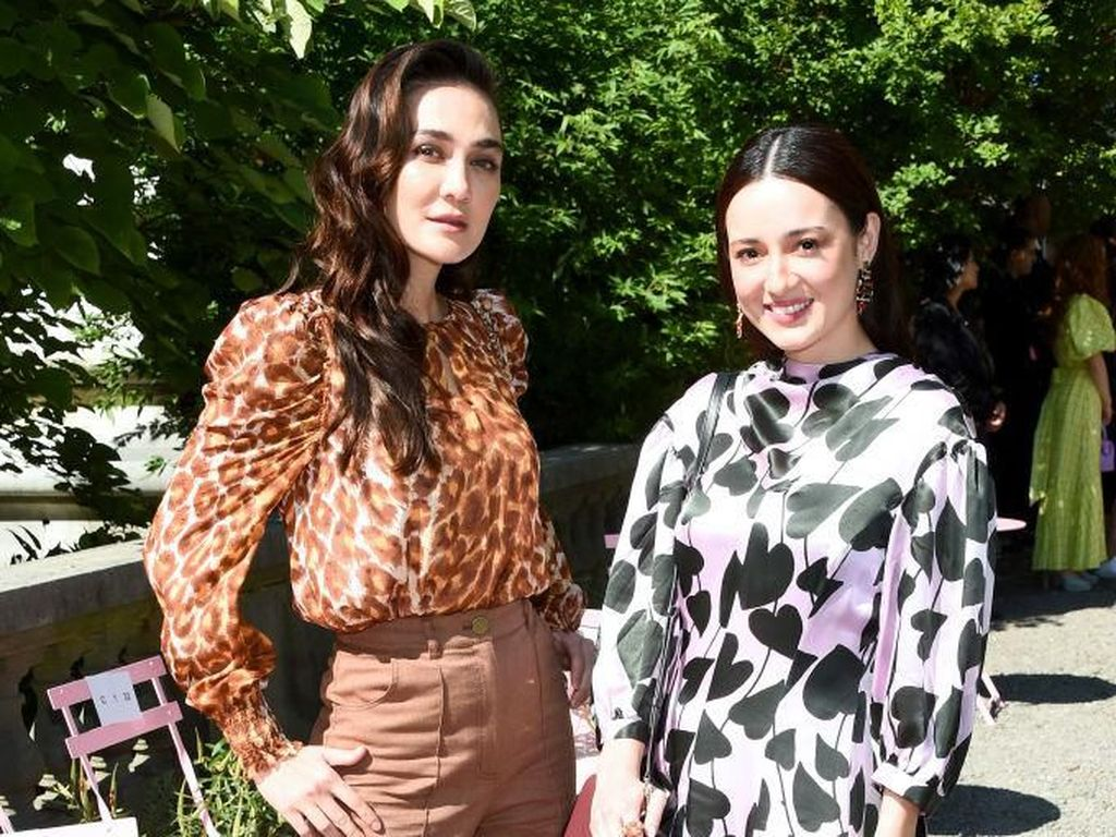 Foto: Adu Gaya Luna Maya Vs. Julie Estelle di New York Fashion Week