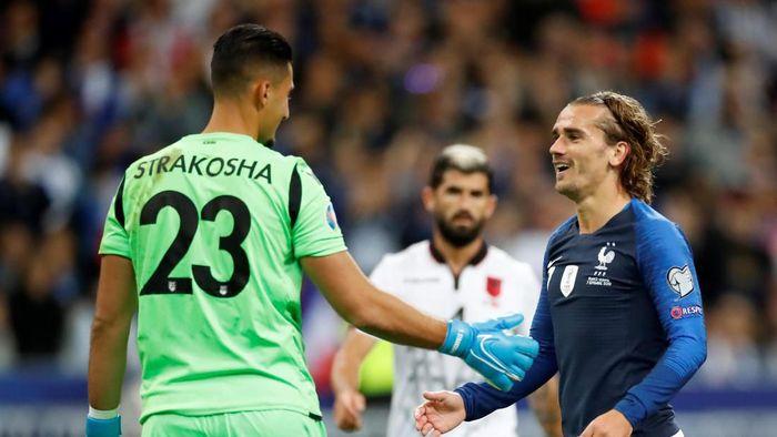 Antoine Griezmann gagal penalti ke gawang Albania (REUTERS/Christian Hartmann)