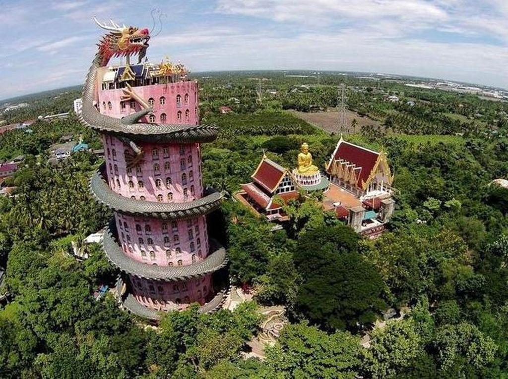 Ngeri! Bangunan Kuil Ini Dililit Naga Raksasa