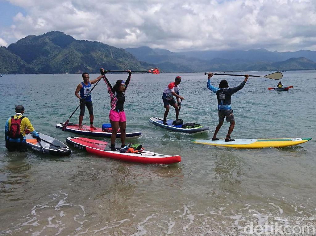 Keseruan Parade Stand Up Paddle di Teluk Prigi Trenggalek