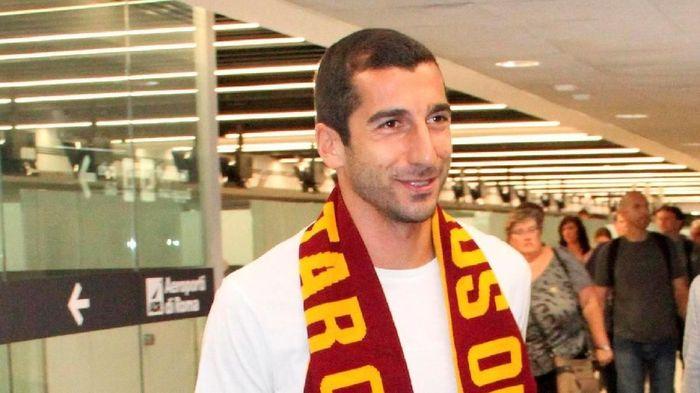 Edin Dzeko menyambut bergabungnya Henrikh Mkhitaryan di AS Roma. Foto: Telenews/ANSA via AP