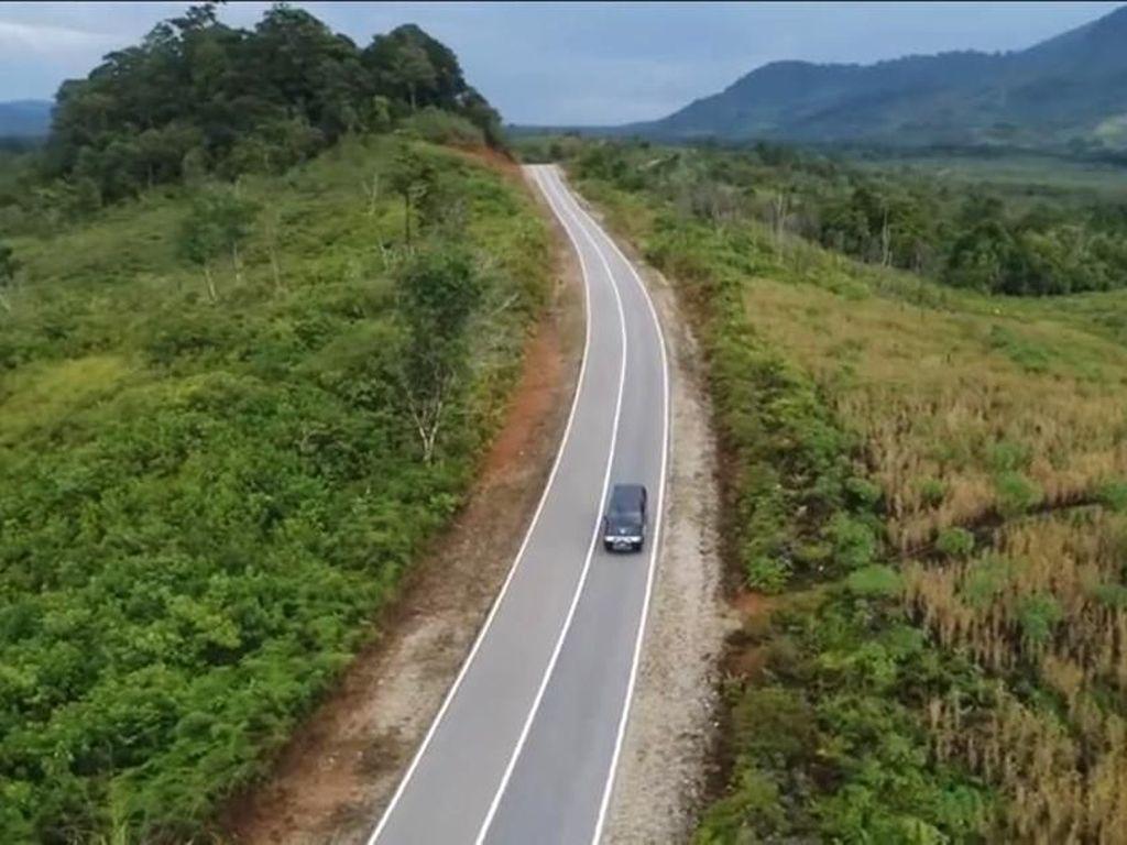 Penampakan Jalan Perbatasan Kalbar Meliuk-liuk di Tengah Hutan