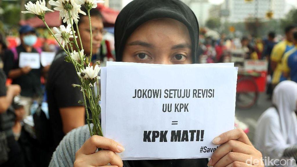 Aksi Bagi-bagi Bunga untuk Tolak Revisi UU KPK