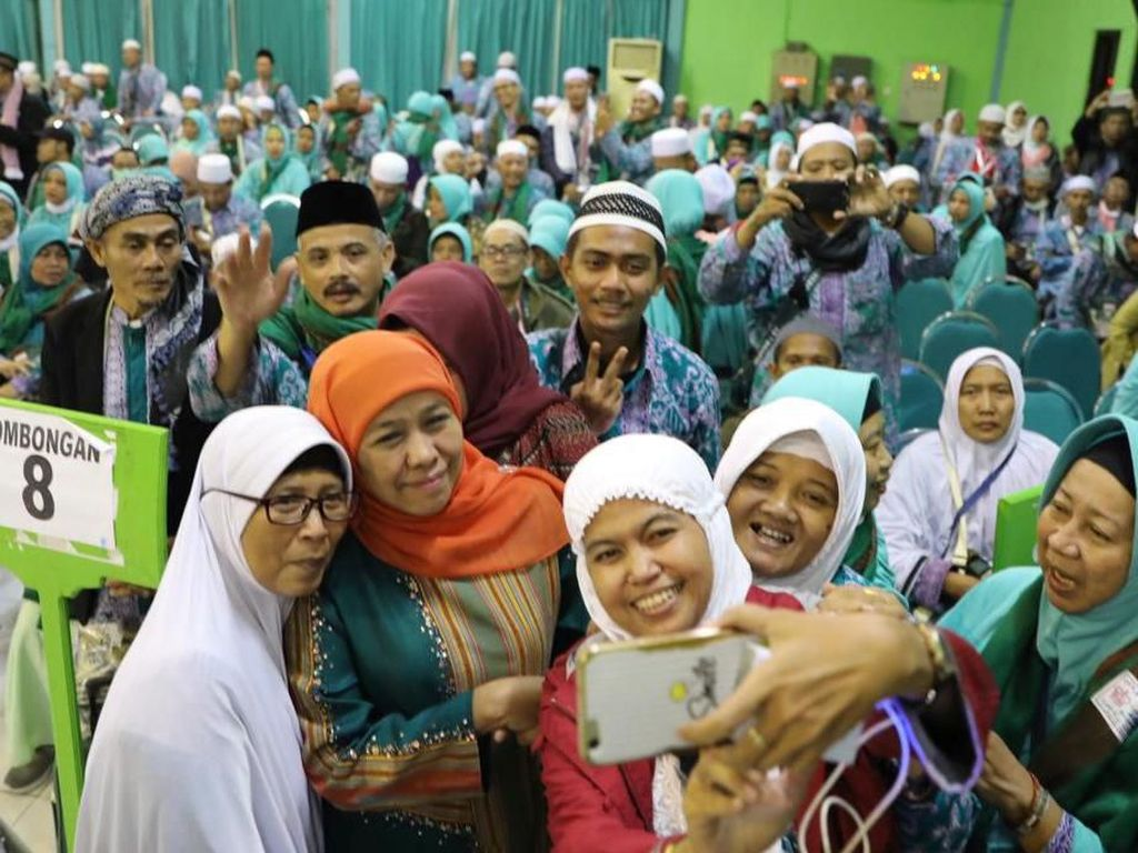 Sambut Kedatangan Kloter 61, Khofifah Ajak Jemaah Haji Doakan Indonesia