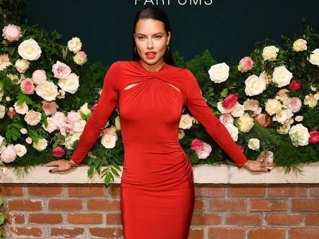 Sexy In Red! Penampilan Adriana Lima dengan Dress Ketat