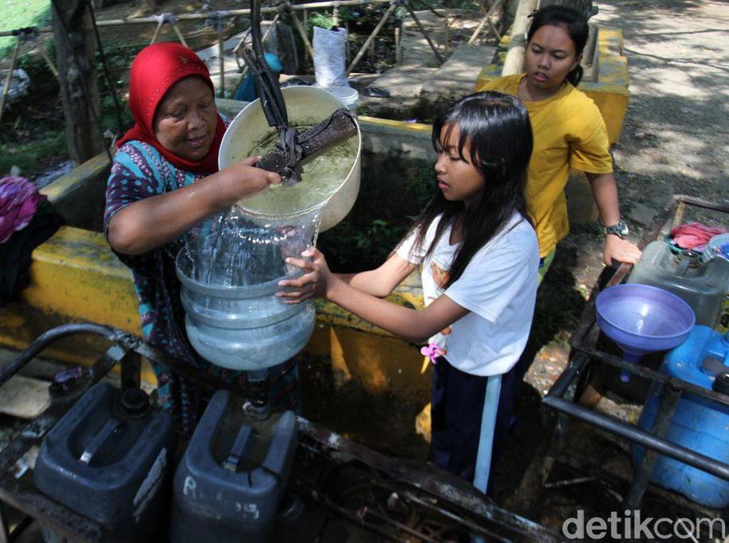 Kemarau, Warga Manfaatkan Air Sumur Tua di Situ Sipatahunan Bandung