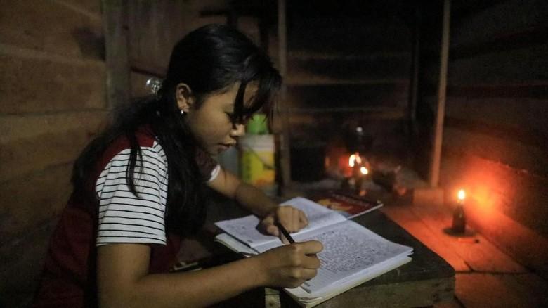 Di Rumah Singgah Gelap Gulita, Anak Pedalaman Rintis Mimpi Jadi Guru