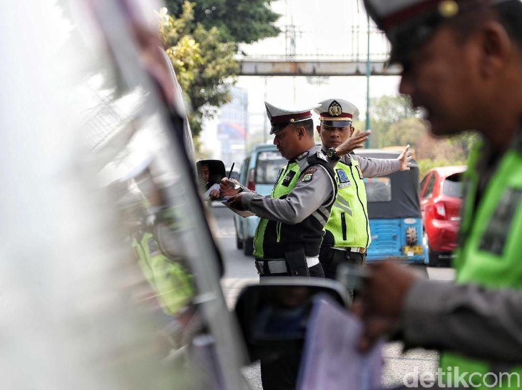Kapan Pengemudi Mobil Disarankan Pakai Masker? Ini Kata Ahli