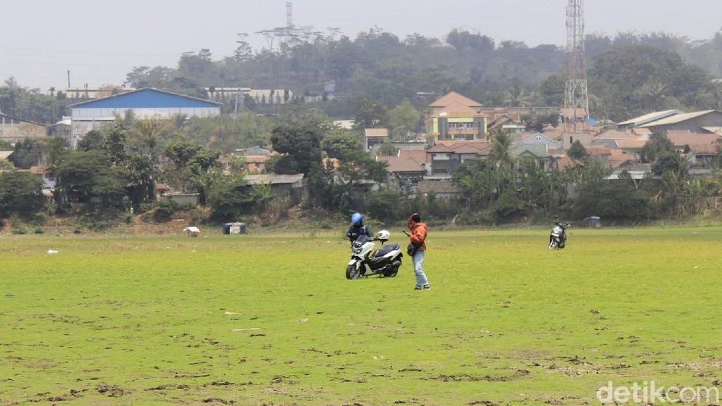 Situ Ciburuy Berubah Jadi Lapangan Bola di Kala Kemarau