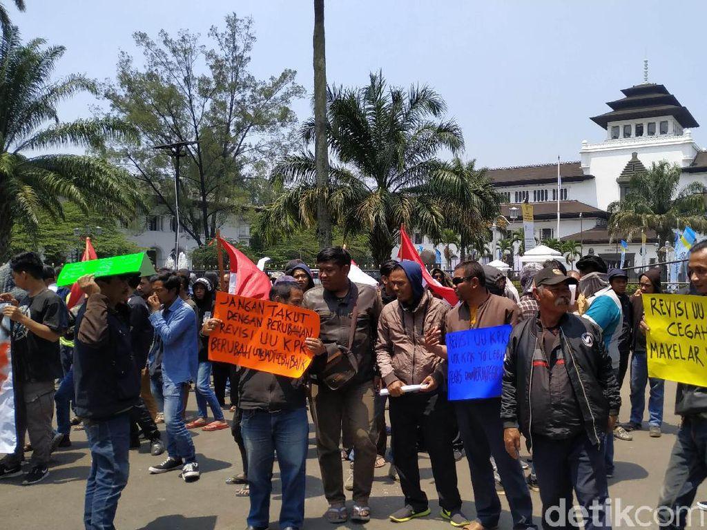 Massa Demo Depan Gedung Sate Dukung Revisi UU KPK