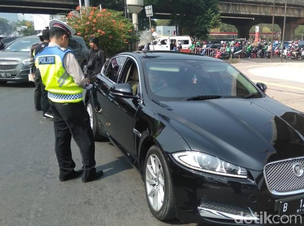 Naik Jaguar, Suami Dewi Perssik Kena Tilang Ganjil Genap
