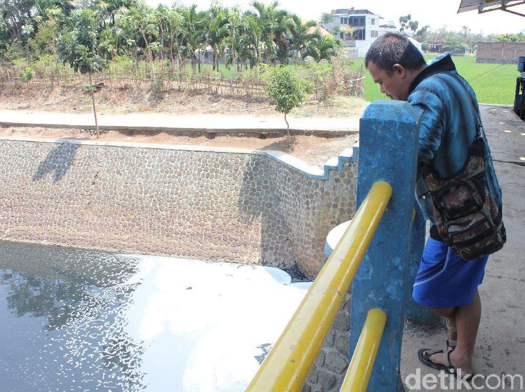 Hii.. Sungai Cipamokolan Bandung Bau, Hitam dan Berbuih