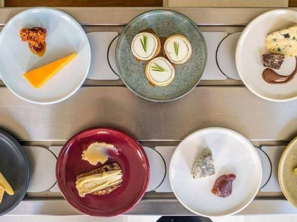 Selain Sushi, Kini Keju Disajikan di Atas Conveyor Belt