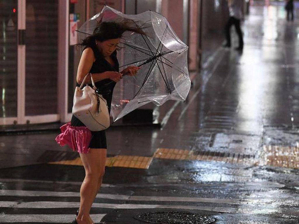 Topan Faxai Hantam Jepang, 100 Penerbangan Dibatalkan