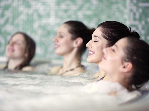Perbedaan Jacuzzi dan Hot Tub yang Menarik Bunda Ketahui