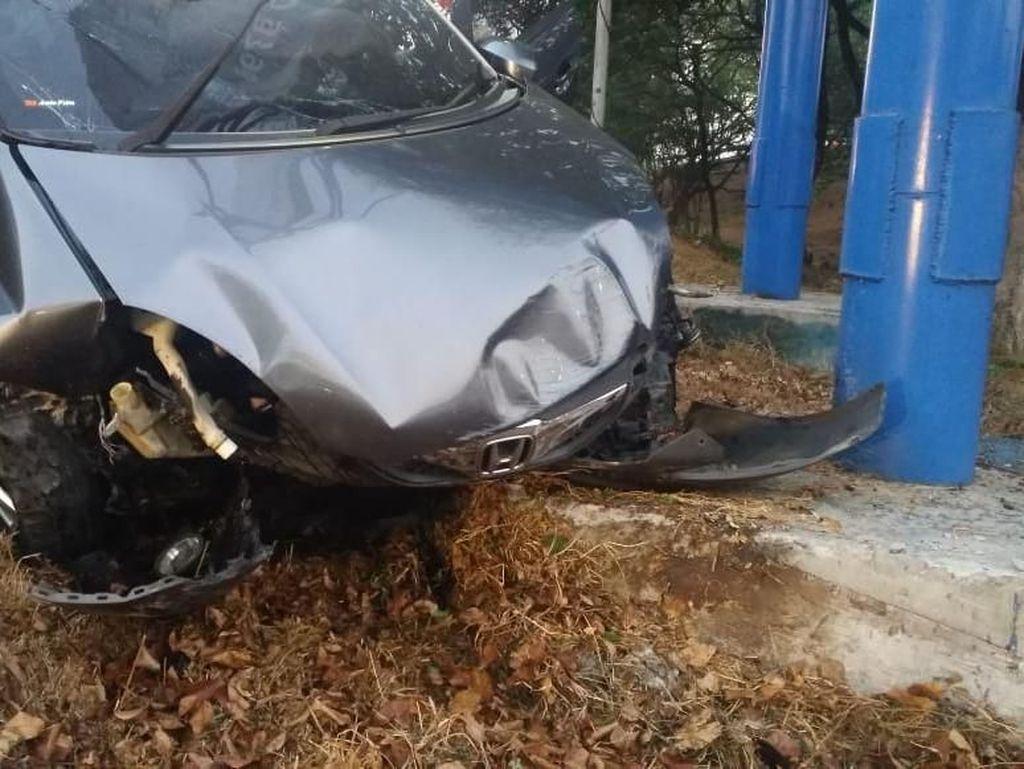 Sebuah Mobil Tabrak Tiang Reklame di Tol Sidoarjo, Pengemudi Tewas