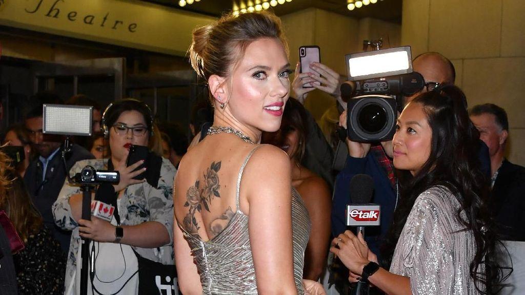 Mawar dan Domba di Punggung Scarlett Johansson