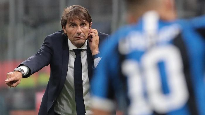MILAN, ITALY - AUGUST 26:  FC Internazionale coach Antonio Conte issues instructions to his players during the Serie A match between FC Internazionale and US Lecce at Stadio Giuseppe Meazza on August 26, 2019 in Milan, Italy.  (Photo by Emilio Andreoli/Getty Images)