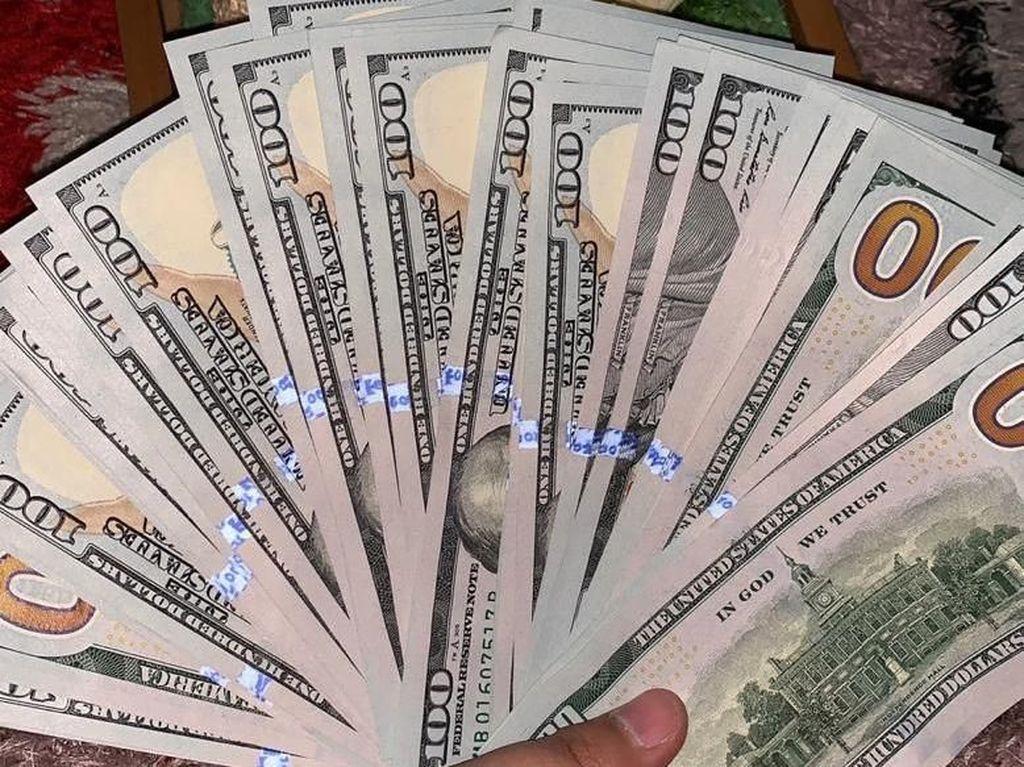 Viral, Calon Pengantin di Surabaya Sebar Uang Dolar saat Lamaran