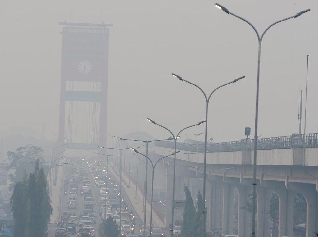 Potret Jembatan Ampera Palembang Diselimuti Asap Karhutla