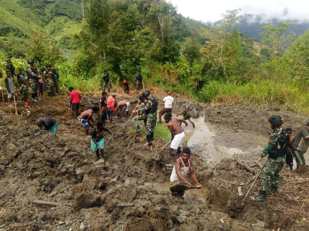 Satgas Pamtas RI-PNG Bangun Kolam Ikan untuk Warga Distrik Yambi Papua