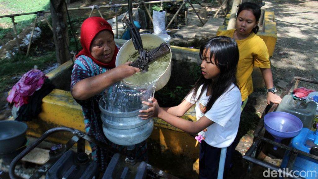 Kemarau, Warga Bandung Penuhi Kebutuhan Air dari Sumur Tua
