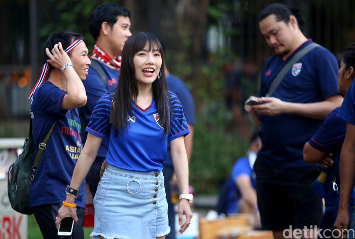 Sejumlah suporter Timnas Thailand nampak berdatangan ke Stadion Utama Gelora Bung Karno (SUGBK), untuk menyaksikan pertandingan Indonesia vs Thailand dalam Kualifikasi Piala Dunia 2022, Jakarta, Selasa (10/9/2019).