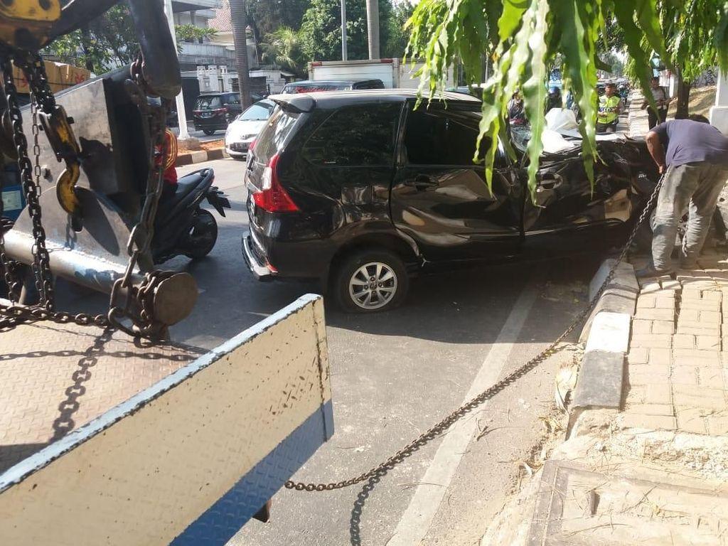 Sebuah Mobil Tertimpa Pohon di Pondok Indah, Pengemudi Terluka
