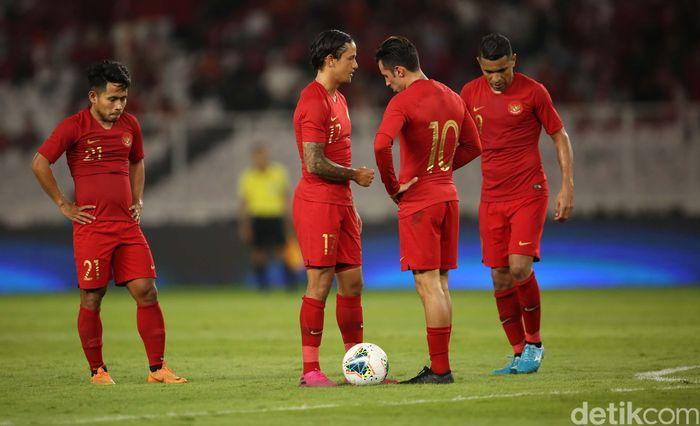 Para pemain Indonesia tertunduk lesu usai kebobolan.