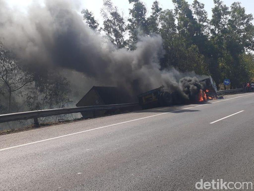 Dua Kecelakaan di Tol Cipularang, Truk Terbakar di Km 91
