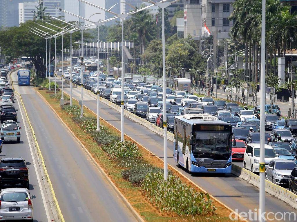 Pertentangan Diskon Pajak Mobil dan Gerakan Naik Transportasi Umum