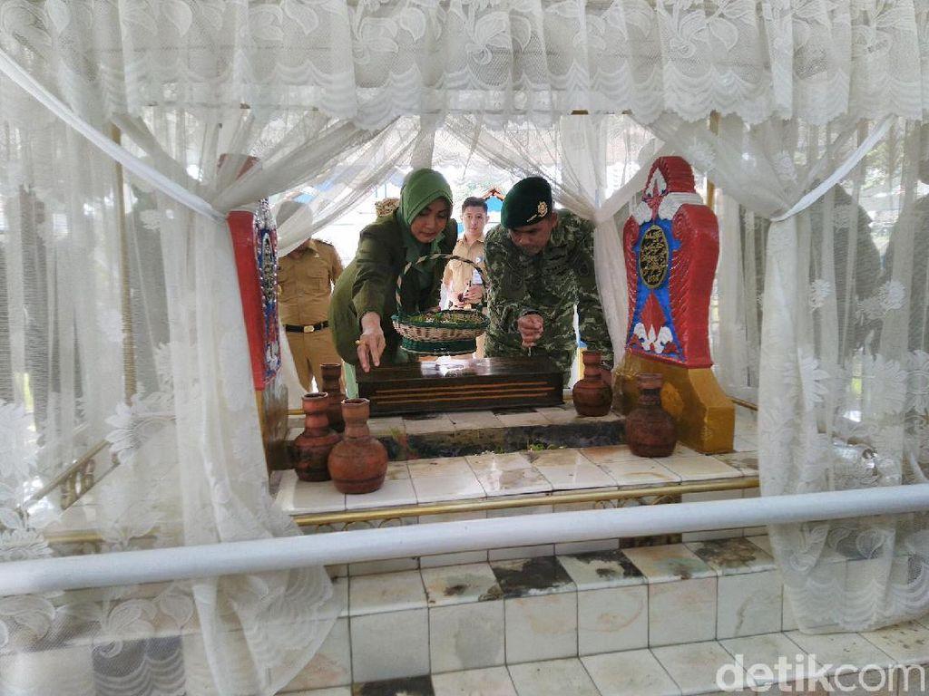 HUT ke-70, Brigif Raider 13 Ziarah ke Makam Bupati Galuh Ciamis