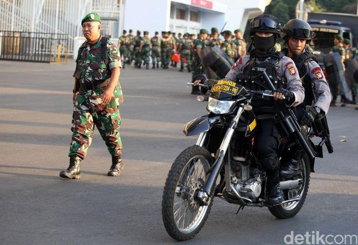 Pasukan TNI-Polri dikerahkan untuk menjaga keamanan di area sekitar Stadion Utama Gelora Bung Karno, Jakarta, jelang laga pertandingan Indonesia vs Thailand dalam Kualifikasi Piala Dunia 2022.