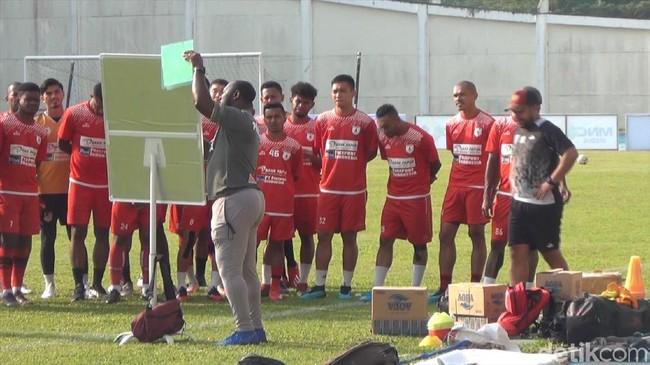 Pelatih Persipura Jayapura, Jacksen F. Tiago, saat memimpin latihan di Tenggarong. (Foto: Suriyatman/detikcom)