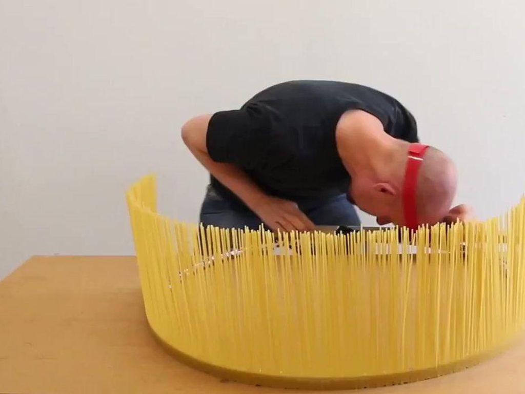 Seniman Ini Punya Hobi Unik Hancurkan Aneka Pasta hingga Pisang