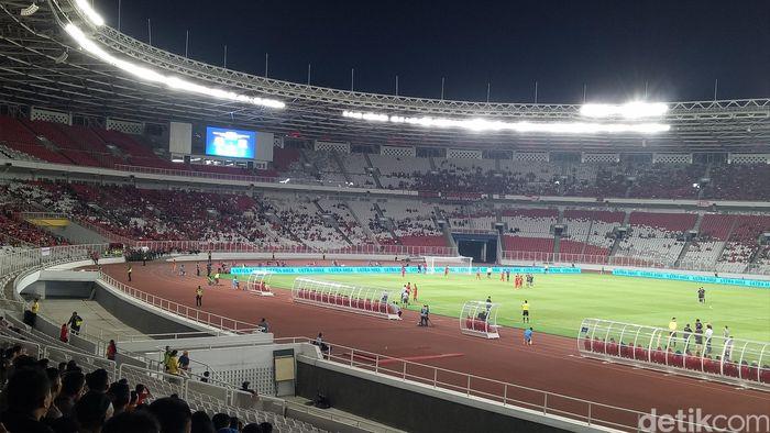 Suasana di Stadion Utama Gelora Bung Karno nampak sepi saat pertandingan Indonesia kontra Thailand dalam Kualifikasi Piala Dunia 2022 berlangsung pada Selasa (10/9) malam. Kondisi tersebut tentunya berbeda jika dibandingkan dengan pekan lalu saat Indonesia menjamu Malaysia. Randy Prasatya/Dok. Detikcom.
