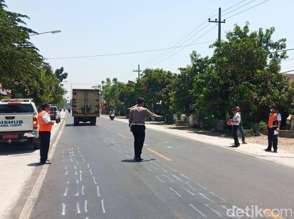 Polisi Olah TKP Kecelakaan Maut Tewaskan 3 Orang di Nganjuk