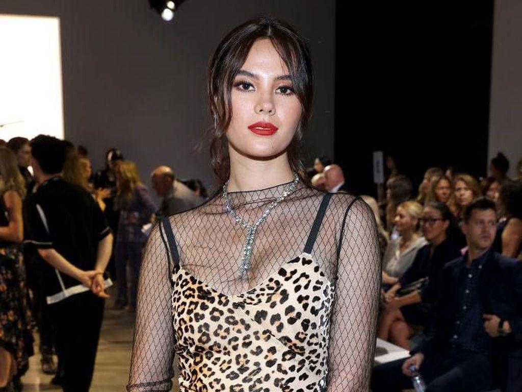Gaya Seksi Miss Universe 2018 Catriona Gray di New York Fashion Week
