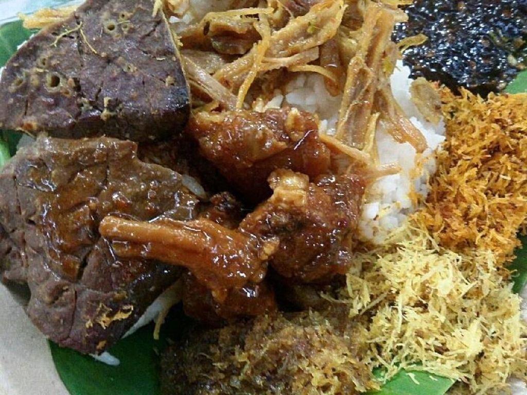 Mantul! Pagi Ini Makan Nasi Krawu yang Komplet Lauknya