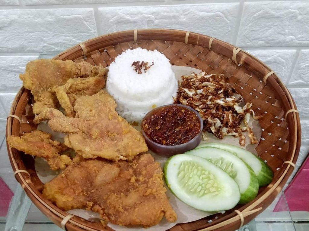 Puas Makan Nasi Kulit Ayam Goreng Renyah Gurih di Sini