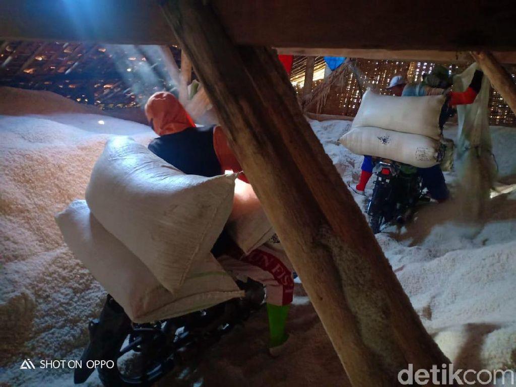 Harga Garam Anjlok, Petani di Rembang Pilih Timbun Hasil Panen