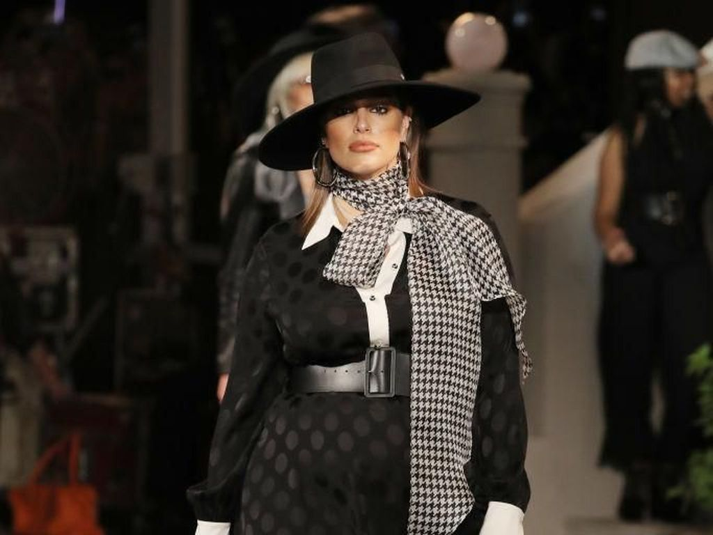 Foto: Aksi Bumil Ashley Graham Jalan di Catwalk New York Fashion Week