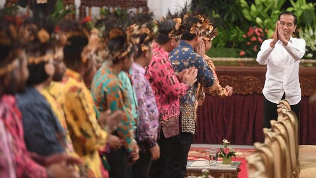 Kemarin, para tokoh Papua bertemu dengan Presiden Jokowi dan menuntut sejumlah hal, di antaranya revisi UU Otsus dan soal kesejahteraan warga.