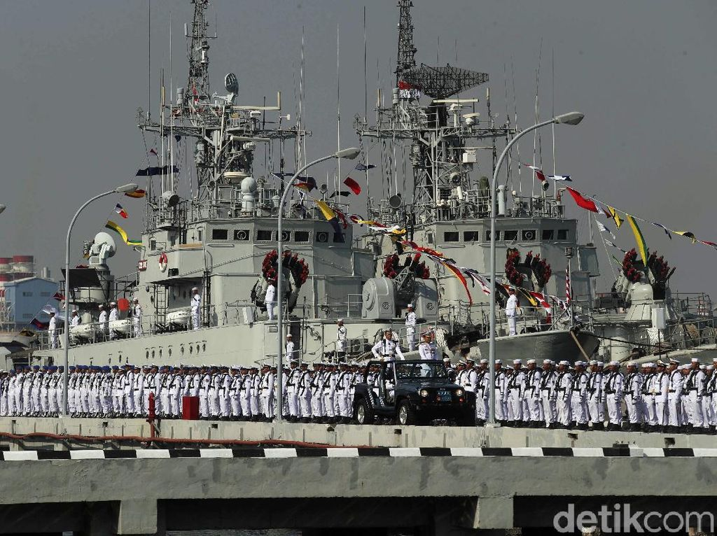Defile Pasukan Meriahkan HUT TNI AL Ke-74