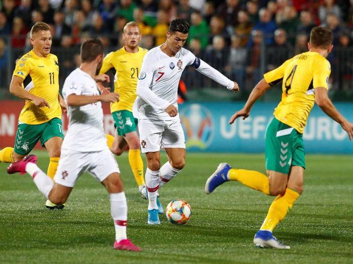 Cristiano Ronaldo mencetak 4 gol untuk mengantar Portugal membenamkan Lithuania 5-1. Foto: Ints Kalnins / Reuters